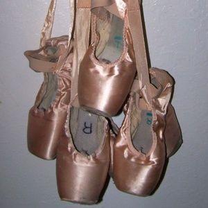 Dead Pink SatinCapezio Pointe Shoes for decoration